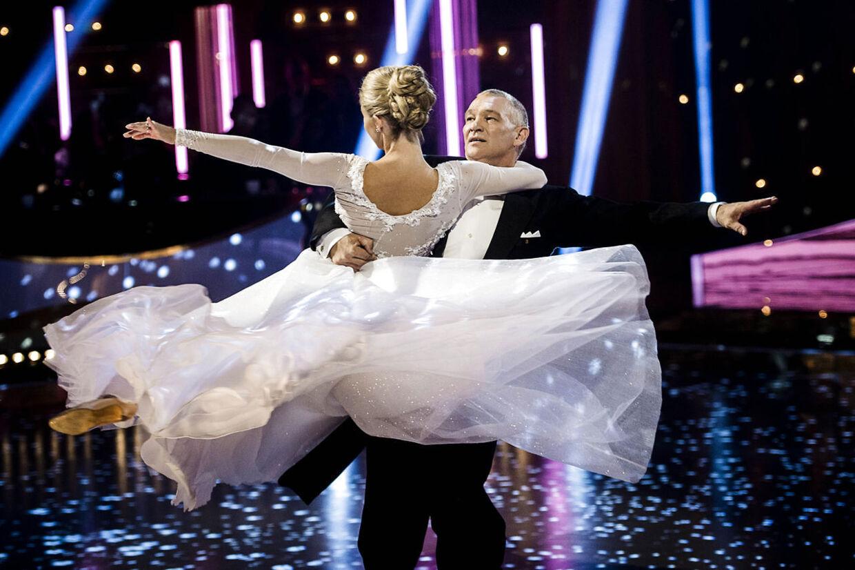 """Fodboldhelten fra EM-slutrunden i 1992 John """"Faxe"""" Jensen skal med sin partner Karina Frimodt forsøge at imponere med en cha-cha-cha. De får lov til at danse til 'Himlen for mig selv' af Wafande, som optræder live."""