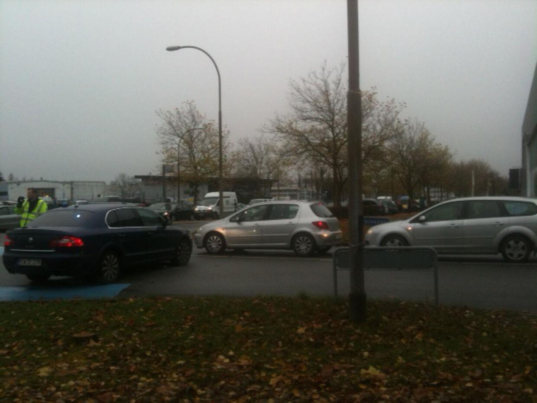 Der er kaos på Turbinevej i Herlev, hvor bilerne holder i kø for at komme frem til Lærernes Indkøbscentral og kunderne står i lange køer, både udenfor og inde i butikken.