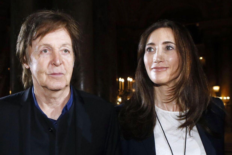 Paul McCartney og hans kone Nancy Shevell var i maj måned tæt på at ende i et alvorligt helikopteruheld. Det afslører en netop offentliggjort rapport far den engelske havari-kommision. Foto: AFP/ PATRICK KOVARIK