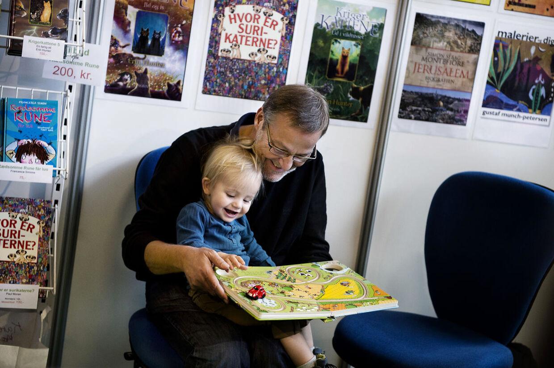 BogForum I Bella Center. Ole Sohn hygger med sit barnebarn Walter på BogForum