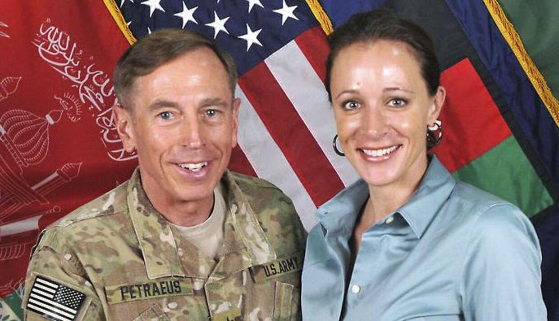 ARKIVFOTO. General David Petreaus med Paula Broadwell. En anden kvinde, der har været en del af trekantsdramaet, er nu identificeret som festarrangøren Jill Kelley.
