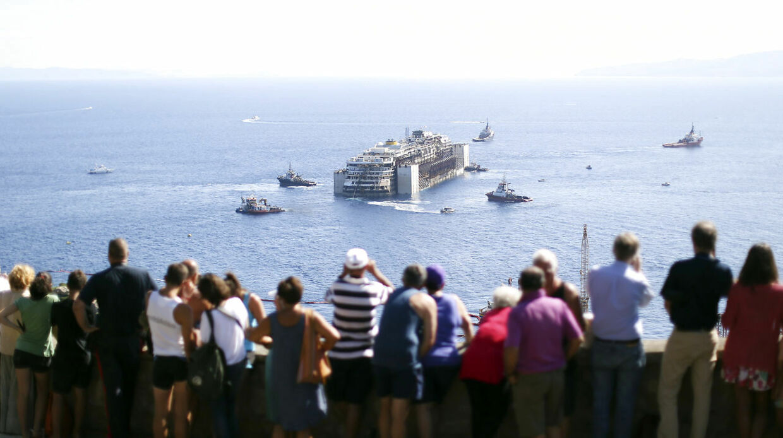 En flok mennesker er mødt frem for at se bjærgningsaktionen uden for den Italienske Ø Giglio. (Foto: Alessandro Bianchi)