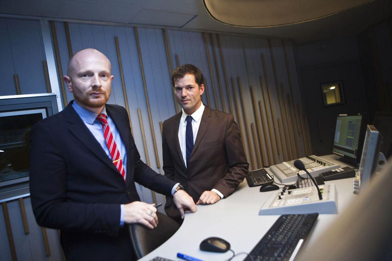 Værterne Mikael Bertelsen (tv) og Mads Brügger på Radio 24/7, der gik i luften kl. 24.05 natten til tirsdag 1. november 2011.