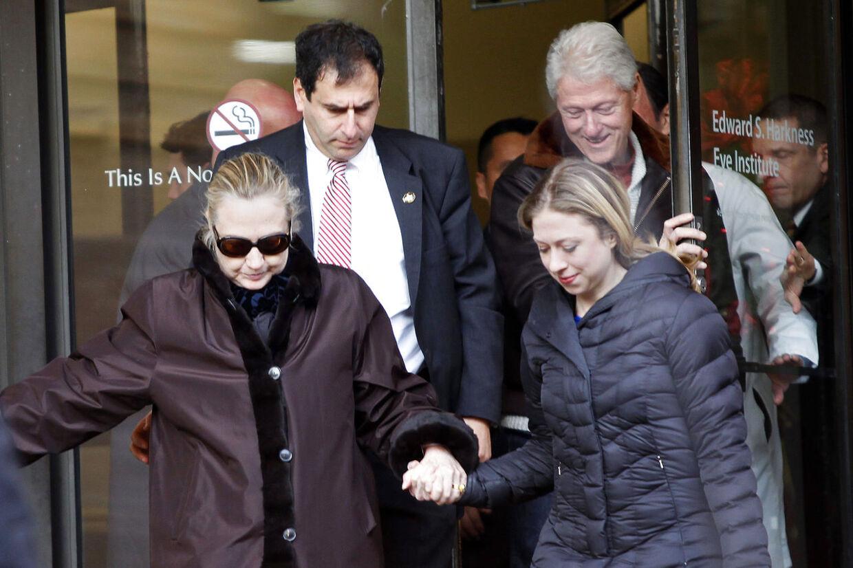Hillary Clinton forlader New York Presbyterian Hospital sammen med Bill og datteren Chelsea