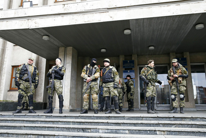 Prorussiske militser holder vagt ud for borgmesterens kontor i Sloviansk. Selv om de blev stillet et ultimatum om at nedlægge våbnene inden klokken 8 mandag morgen, er der ingen tegn på at de trækker sig.
