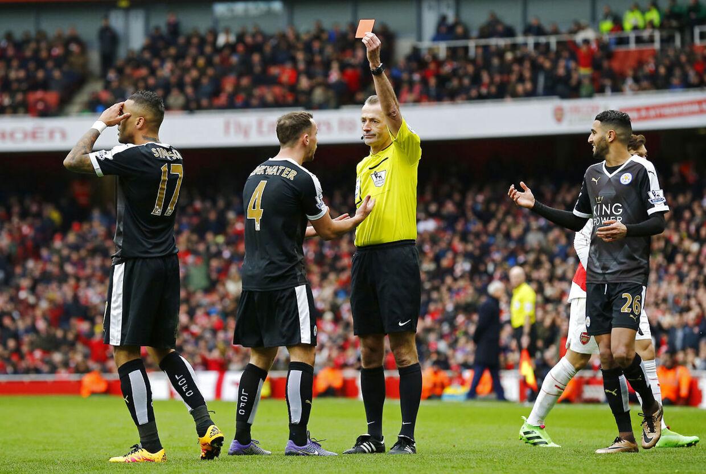 Leicesters Danny Simpson præsenteres for det røde kort af dommer Martin Atkinson i kampen mod Arsenal.