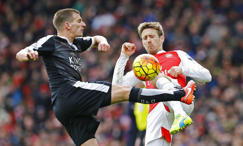 Leicesters Marc Albrighton i nærkamp med Arsenals Nacho Monreal.