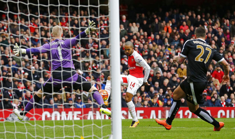 Theo Walcott sparker bolden ind til 1-1 uden chance for Kasper Schmeichel i målet.