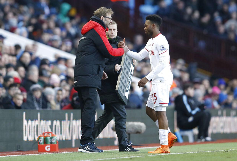Liverpool-manager Jürgen Klopp og Daniel Sturridge i søndagens kamp mod Aston Villa.
