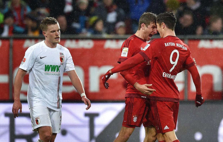 Bayern Münchens Robert Lewandowski (th) fejrer sin 1-0-scoring i selskab med Thomas Müller (tv).