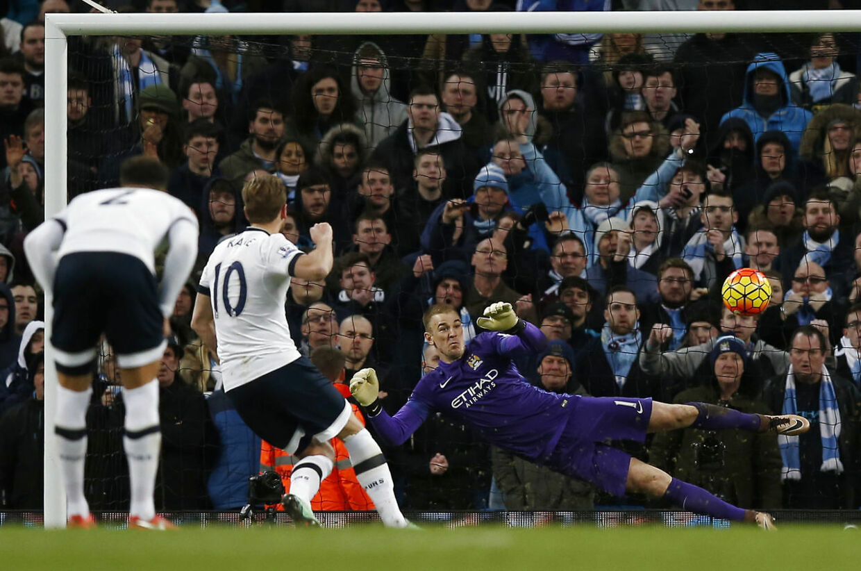 Tottenhams Harry Kane scorer fra straffesparkspletten i topopgøret mod Manchester City.