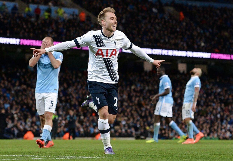 Christian Eriksen fejrer sin vilde scoring til 2-1 for Tottenham i topbraget mod Manchester City.