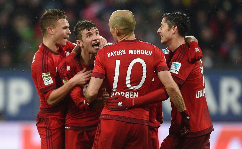 Robert Lewandowski og co. fra Bayern München fejrer en scoring i 3-1-sejren over Augsburg.
