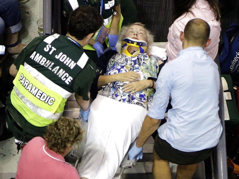 Her bæres den kvæstede kvinde væk af lægeteamet.