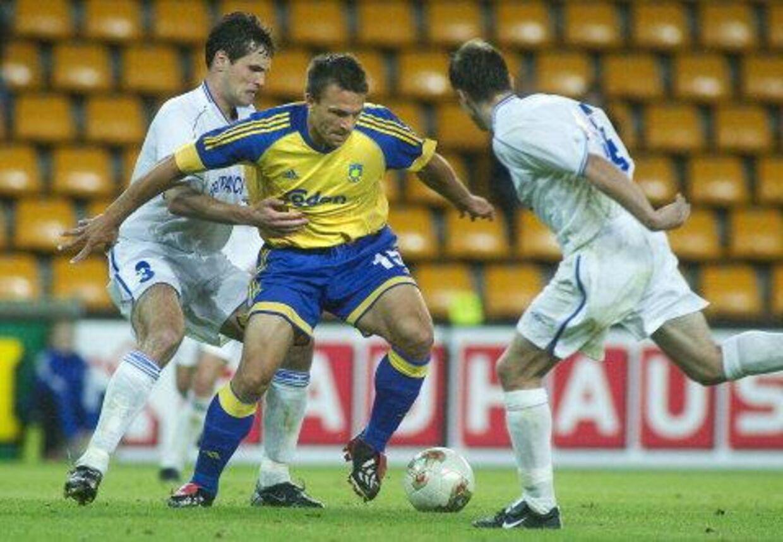 Brøndbys indskiftede Ruben Bagger i kamp med to Dinamo Minsk-spillere. Til venstre forsøger nummer 3, Andriy Raspopov, at holde fast i danskerens trøje. Det hjalp dog ikke - Bagger scorede Brøndbys tredje mål. Foto: Jens Nørgaard Larsen