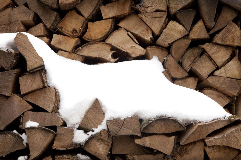 En ny afgift kan gøre det dobbelt så dyrt at tænde op i brændeovnen. Det kan føre til en større handel med sort brænde, advarer brancheforening.