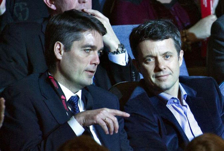 Poul-Erik Høyer, der her ses sammen med Kronprins Frederik, er klar til at blive genvalgt som formand for det internationale badmintonforbund.