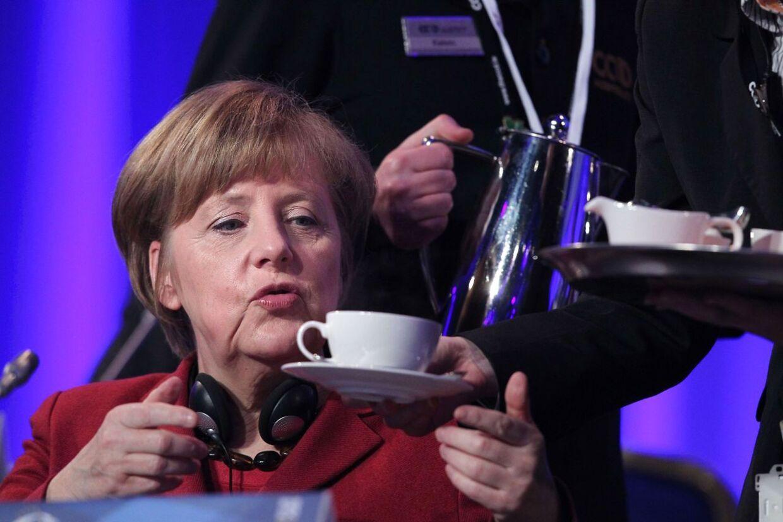 Tysklands kansler Angela Merkel er selv en ivrig kaffedrikker - hun har dog folk til at lave den for sig. Her til et møde i Dublin den 7. marts.