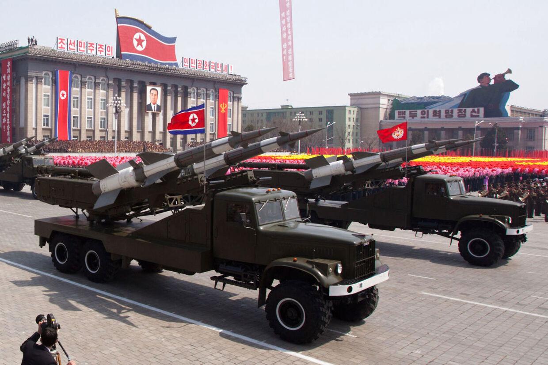 SA-3 jord-til-luft missiler vises frem på militærparade i anledningen af 100 års dagen for lederen Kim Il-Sungs fødsel i Pyongyang, Nordkorea.