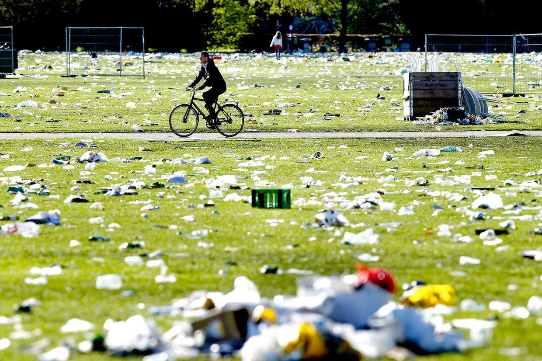 Fælledparken 2. maj 2012, dagen efter de røde faners fest. Trods en en stor kampagne, hvor folk er blevet opfordret til at rydde op efter sig selv og dobbelt så mange skraldespande, mindede fælledparken onsdag morgen mere om en losseplads. (Foto: Bax Lindhardt/Scanpix 2012)