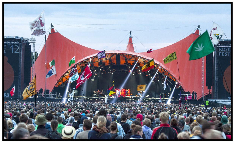 Roskilde Festival 2012. Publikum og flag foran Orange Scene til Bjørk koncerten søndag 8. juli 2012