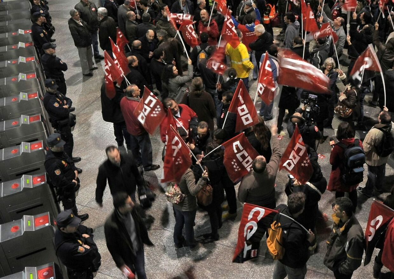 Fagforeninger i flere europæiske lande gennemfører for første gang en koordineret arbejdsnedlæggelse mod den omfattende krisepolitik. I Spanien er 57 demonstranter blevet anholdt.