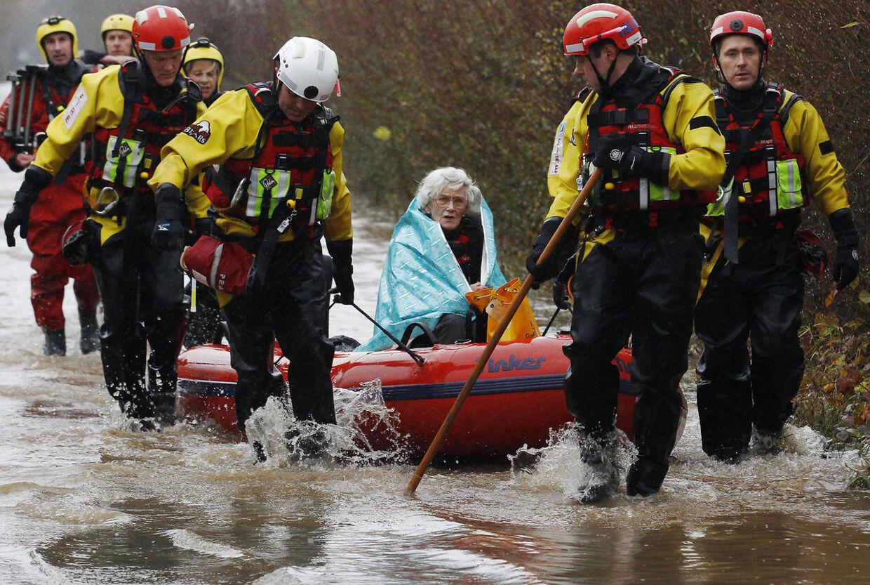 Diana Mallows på 90 år måtte hjælpes af det lokale brandvæsen efter at hun havde været fanget i sit hjem nær Yaunton af vandmasserne i fire dage i slutningen af november 2012.