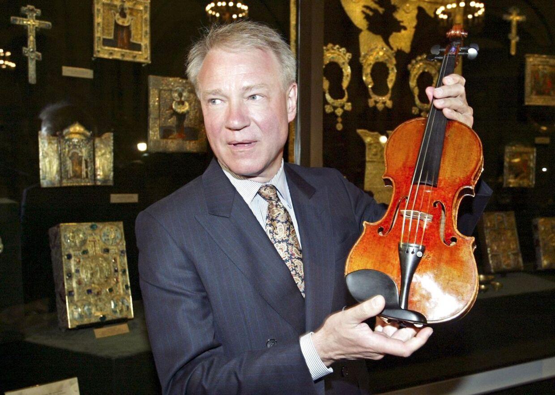 Problemet har hele tiden været Dietmar Macholds to kasketter: Han hørte til de største kapaciteter på gamle musikinstrumenters værdi og handlede samtidig med dem. Når han for eksempel optog lån, stillede han dyre violiner i sikkerhed. Og banken lod ham selv stå for vurderingen. For han vidste nu engang bedst.