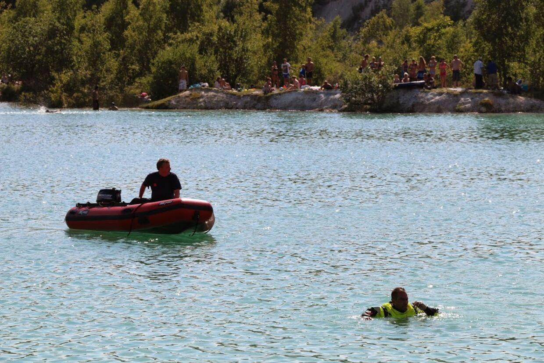 Der blev både indsat en redningsbåd- og helikopter, men Midt- og Vestsjællands politi har endnu ikke overblik over, hvem der i sidste ende fik bjerget manden, der blev kørt på Køge Sygehus med det samme.