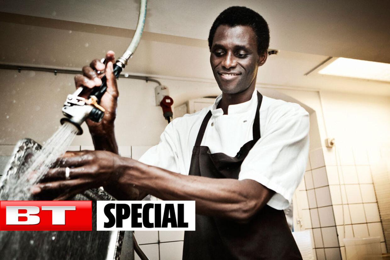 Når Ali Sonko gør tallerkner, plasticbakker og skåle rene, kan man hurtigt se, at det er en erfaren mand, man har med at gøre.