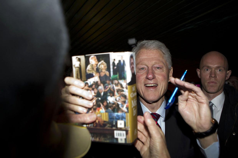 USA's tidligere præsident Bill Clinton skriver autografer under besøget i Sønderborg onsdag d. 14 november 2012. Bill Clinton er i Sønderborg for at tale ved CSR Awards 2012 i Alsion. (Foto: Lene Esthave/Scanpix 2012)