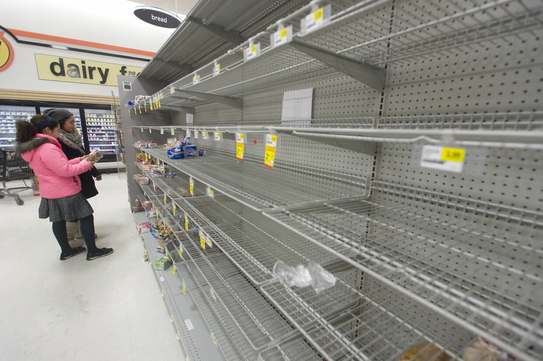 Folk tømmer supermarkederne for fødevarer før snestormen rammer.