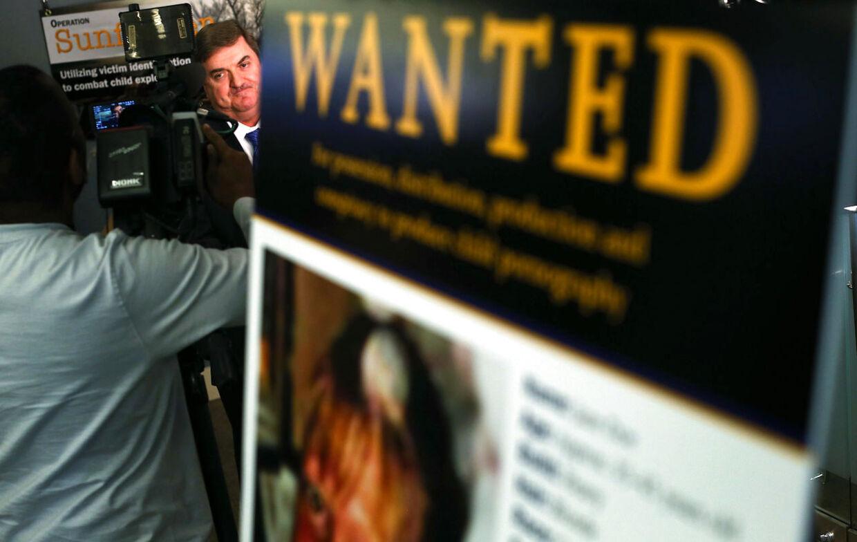 Direktør for National Center for Missing & Exploited Children bliver interviewet efter et pressemøde, hvor han har annonceret, at 123 børn er blevet identificeret i børnepornografisk materiale og 245 er anholdt for produktion og salg af børneporno.