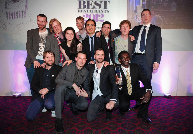 Holdet fra Noma inklusiv chefkok Rene Redzepi (forreste række til venstre) poserer efter at være udnævnt til verdens bedste restaurant for tredje gang i træk.