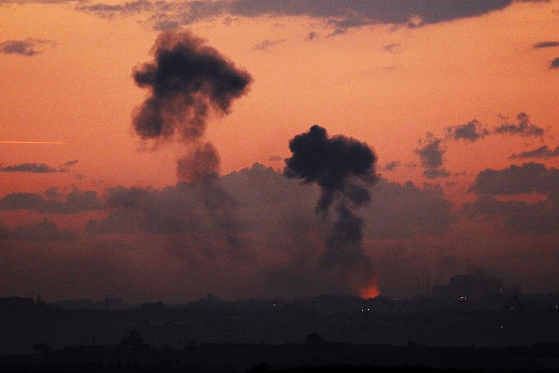 Røg stiger til vejrs i Gaza efter et israelsk luftangreb. Ved angrebet blev Hamas-lederen Ahmed Al-Jaabari dræbt. Nu varsler Hamas gengæld.