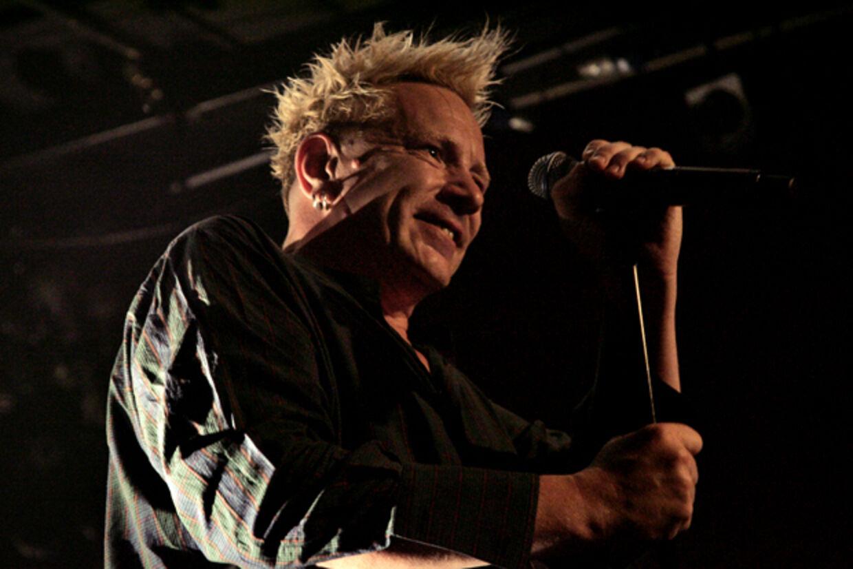 En glad John Lydon (Johnny Rotten) på scenen i Lille Vega, hvor han sammen med sit gendannede Public Image Ltd. struttede af spilleglæde.