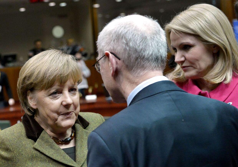 Helle Thorning-Schmidt i snak med EU-præsident Herman Van Rumpoy og Tysklands Angela Merkel.