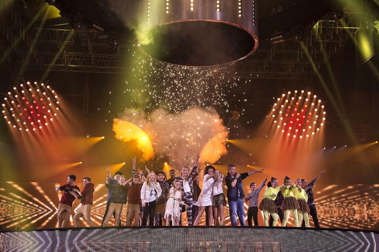 De velkendte børneværter Sofie Østergaard og Joakim Ingversen skal være værter ved Børnenes Melodi Grand Prix i 2016. Billedet her stammer fra generalprøven til sidste års show.