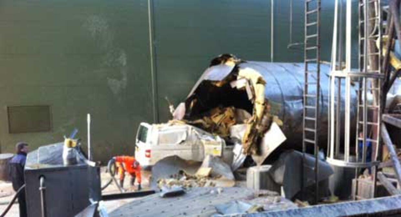Den eksploderede gærtank landede oven på nogle håndværkeres bil. De havde kort forinden været inde i bilen, men havde heldigvis forladt den, da ulykken skete.