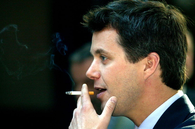 Kronprins Frederik i 2003. I dag er rygning et overstået kapitel for Kronprinsen, der har lagt smøgerne på hylden.