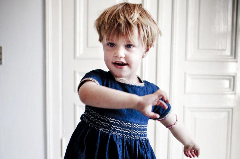 Herbert er tre et halvt og tosset med kjoler. Hans mor og far giver ham lov til at tage kjole på i børnehave, hvis han har lyst til det. De mener ikke, at det handler om andet end leg.