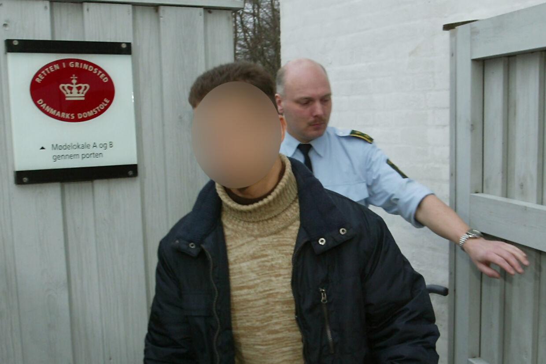 Her er Mohamed Ayoub fotograferet på vej i retten i Grindsted i 2003 efter overfaldet på Kurt Thorsen.