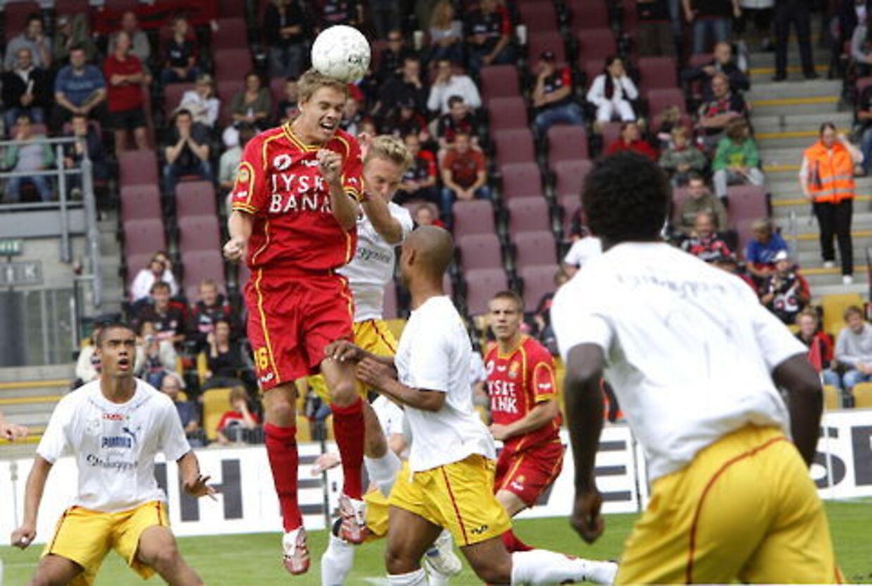 FC Midtjylland - der i første halvleg var iført hvide svedetrøjer og gule FCN-bukser - måtte nøjes med 1-1 i Farum. Her er det hjemmeholdets Thomas Kristensen, der forsøger sig med et hovedstød.