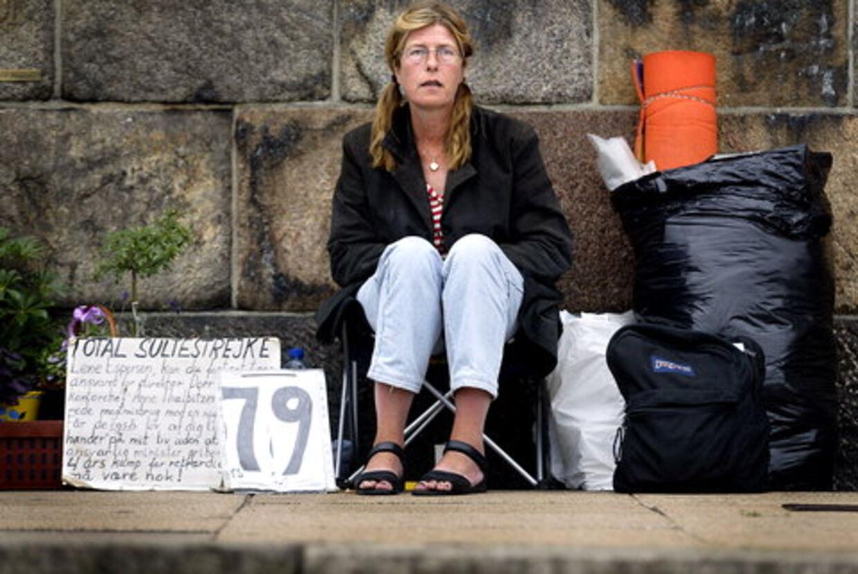 HJÆLP: Kirsten Chesnut har tidligere sultestrejket foran Christiansborg i 165 dage for at råbe politikerne op. Arkivfoto: Bjarke Ørsted