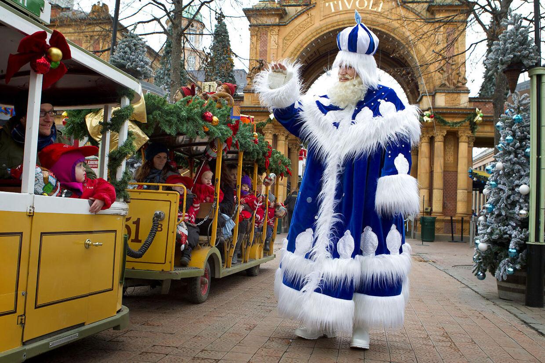 Sidste år var julemanden - til fleres skuffelse - skiftet ud med Fader Frost, til Tivolis julemarked, hvor temaet var Russisk jul. I år vender den røde julemand tilbage.