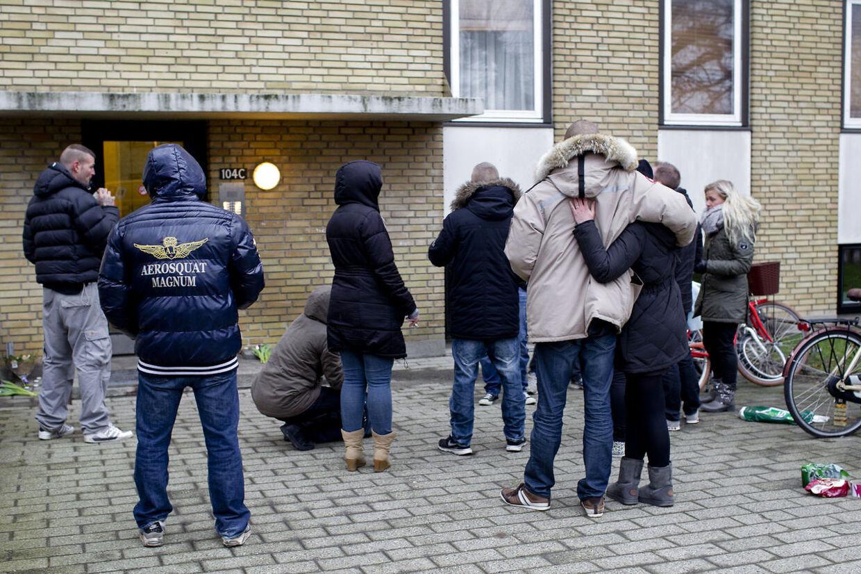 Den 28-årige Nikolaj Daniel Dyrner, der har været forsvundet siden natten til torsdag, hvor han besøgte en ven i en lejlighed i Lyngby, blev tirsdag aften fundet død på lejlighedens altan 2.sal tv. Venner samles foran lejligheden onsdag morgen d.15.januar 2014.