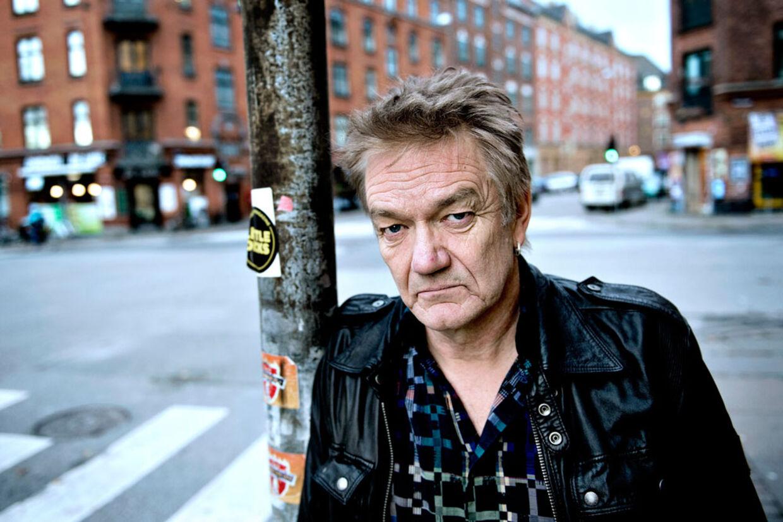 Lars Lilholt tilbage på det Nørrebro i København, hvor han faktisk er født. Snart 60 år. Stadig på vej. Nyeste album: 'Stilheden bag støjen'.