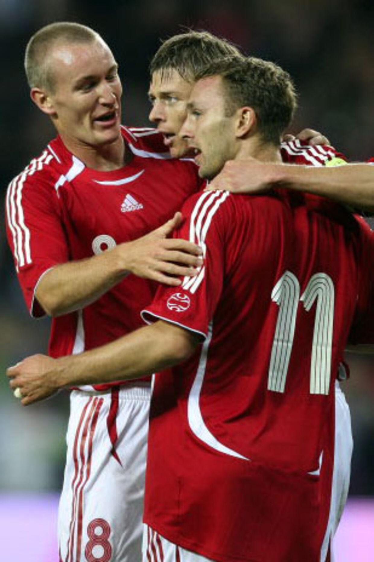 Kahlenberg, målscorer John Dahl, og Rommedahl glæder sig over, at Danmark er foran 1-0 mod Portugal. Foto: Lars Møller
