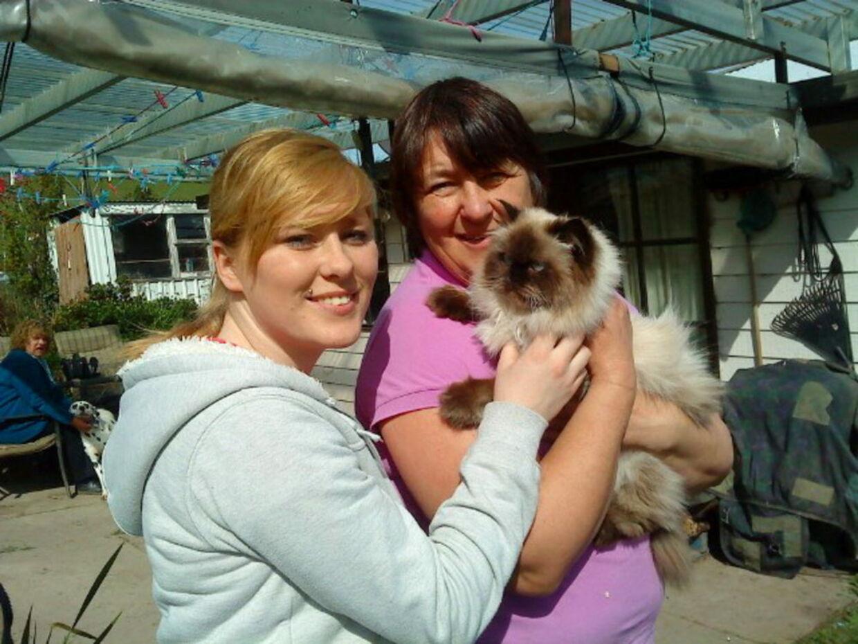 Ashleigh Sullivan (t.v.) med sin mor Katrina Phillips og katten Clyde, efter at de tre blev genforenet i Hobart i Australien.