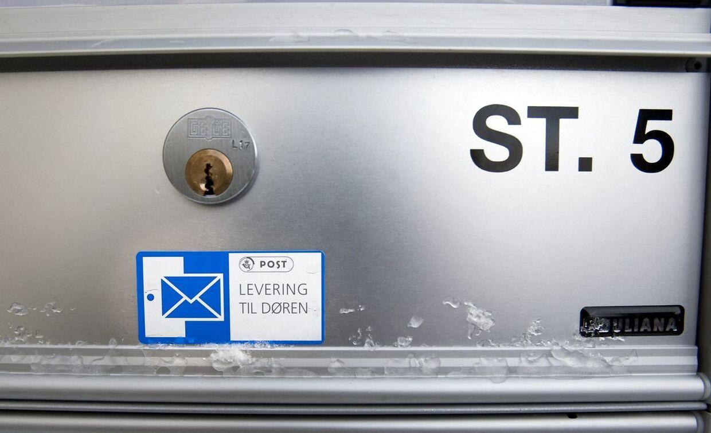 En 23-årig kvinde modtog reb, og netstrømper og et brev i sin postkasse, hvor en mand tilbød sig som sexslave.